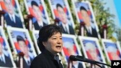 한국 박근혜 대통령이 26일 국립대전현충원에서 열린 천안함 용사 3주기 추모식에서 추모사를 하고 있다.
