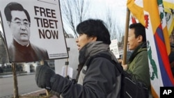 一些藏人在白宫附近抗议胡锦涛访美