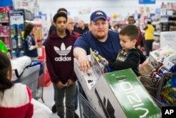 خیلی از فروشگاهها از عصر شکرگزاری تخفیف ویژه ای را تدارک می بینند و مردم به این فروشگاهها هجوم میاورند.