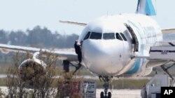 Pojedini putnici napustili su avion kroz prozor kokpita