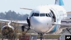 El anuncio de la captura del secuestrador fue dado poco después que se viera a un hombre saltar desde la cabina del avión.