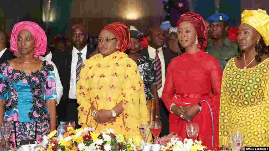 Mai dakin mataimakin shugaban Najeriya, Mrs Dolapo Osinbajo da mai dakin shugaban Najeriya, Hajiya Aisha Muhammadu Buhari, da mai dakin shugaban majalisar dattijai, Mrs. Toyin Bukola Saraki, da mai dakin kakakin majalisar wakilai, Gimbiya Yakubu Dogara, lokacin wata liyafar da suka shirya a fadar shugaban kasa dake Abuja