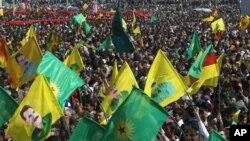 Ribuan pendukung pemberontak PKK melambai-lambaikan bendera-bendera PKK dan poster-poster pemimpinnya Abdullah Ocalan, di kota Diyarbakir, Turki tenggara, sambil Ocalan menerukan gencatan senjata dan penarikan pasukannya dari Turki (foto, 21/3/2013).