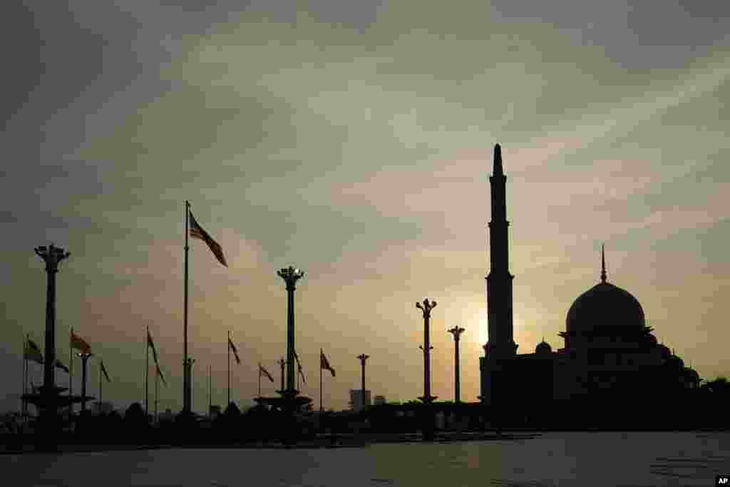 نمایی از غروب خورشید در پشت مسجد پوترا در پوتراجایا، مالزی