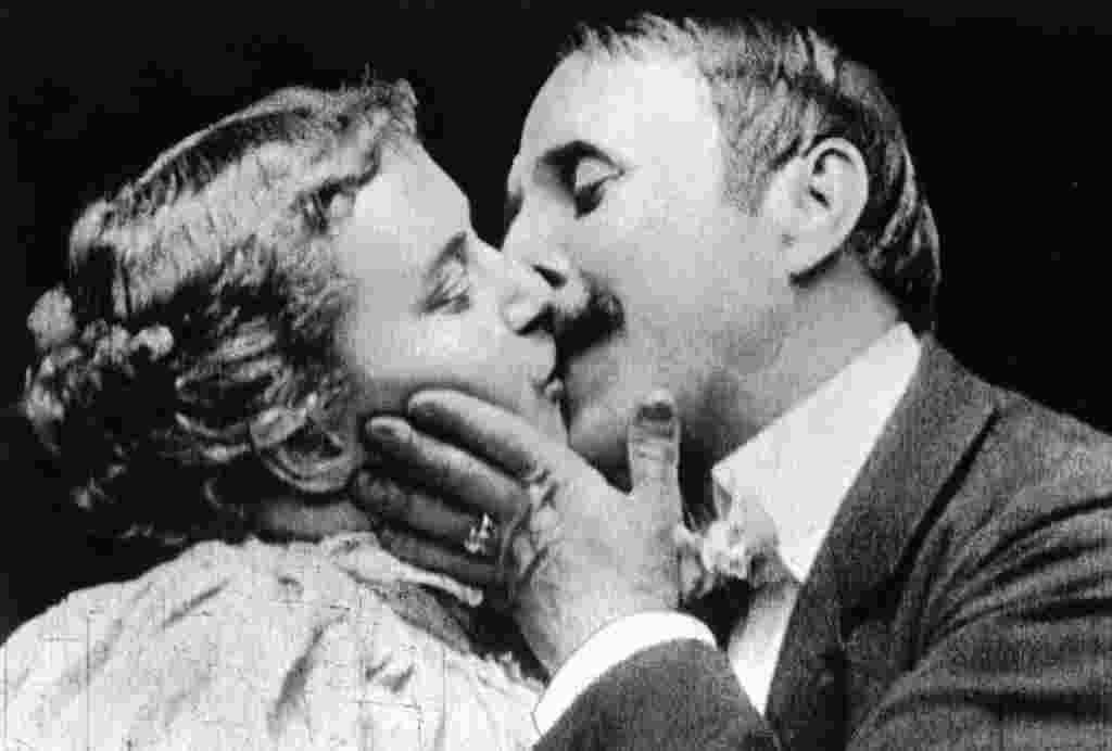 პირველი კოცნა ფილმში პირველი ადამიანები, რომლებმაც ფილმში ერთმანეთს აკოცეს მეი ირვინი და ჯონ რაისი არიან. პირველი კოცნის კადრი 1896 წელს მოკლემეტრაჟიან ფილმში ფიქსირდება.