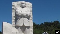 馬丁.路德.金雕像這個星期展開連串活動﹐星期一首天與民眾見面吸引大批遊客。