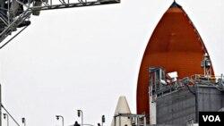 Empleados de la NASA trabajan en los preparativos del lanzamiento del Endeavour, en el Centro Espacial Kennedy, en Cabo Cañaveral.