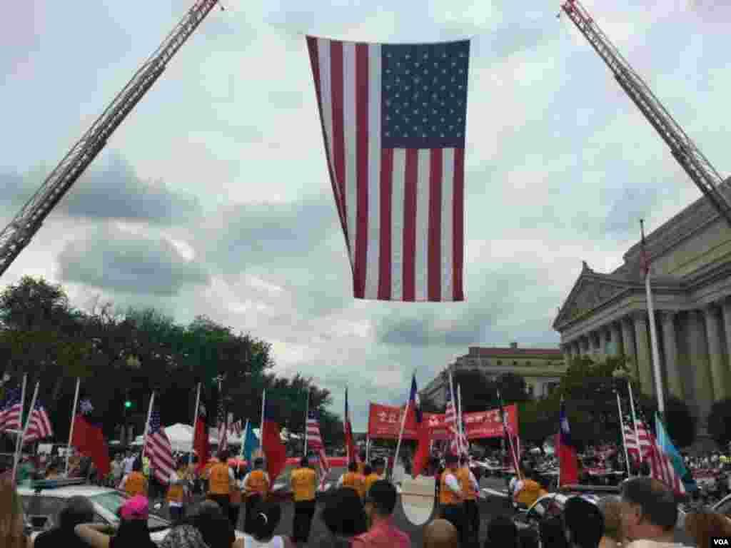 游行现场高悬的美国国旗 (美国之音拍摄)