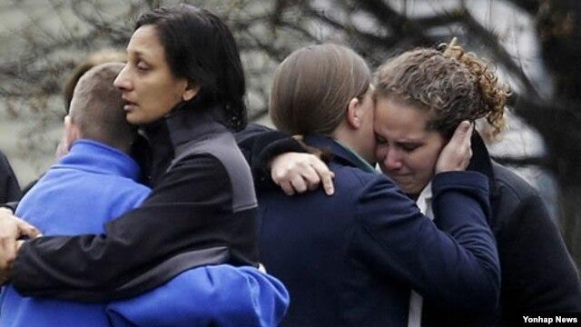 지난 17일 열린 코네티컷주 총기난사 사건 희생자 장례식 모습