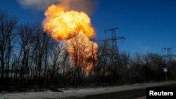 Cañoneo en las cercanías de Debaltseve, en el este de Ucrania, donde no se cumple el cese el fuego ni el retiro de artillería pesada.