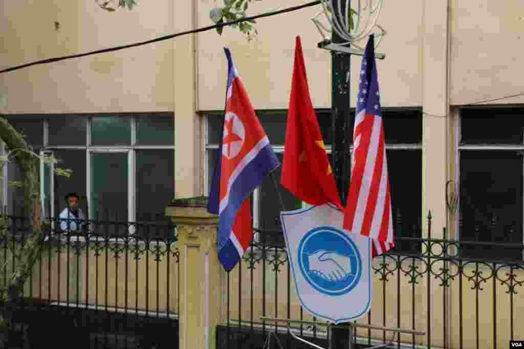 شهر هانوی در آستانه دیدار رهبران آمریکا و کره شمالی - شهرداری پایتخت ویتنام بر روی اکثر تیرهای چراغ برق پرچم آمریکا، ویتنام و کره شمالی را قرار داده است. تابلوهایی هم با شعار «هانوی، شهری برای صلح» در سطح شهر نصب شده است.