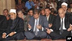 El presidente electo de Egipto, Mohamed Morsi, hace oración en la mezquita Al-Azhar en El Cairo.