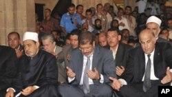 Presiden terpilih Mohamed Morsi melakukan shalat Jumat di Masjid al-Azhar bersama Sheik Agung al-Azhar Ahmed el-Tayyib (kiri) hari Jumat (29/6).