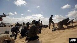 Libijski pobunjenici posle neuspešnog pokušaja da zauzmu grad Ajdabija od snaga Moamera Gadafija, 21. mart 2011.