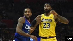 LeBron James (23) et Kawhi Leonard lors d'un match de NBA entre les LA. Lakers et les LA. Clippers, USA, le 22 octobre 2019