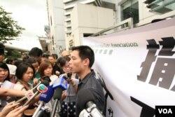 吕秉权(右一)大陆当局打压手段白色恐怖(VOA记者黎堡拍摄)