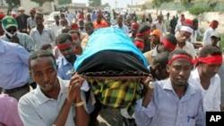 صومالیہ میں گزشتہ برس قتل ہونے والے صحافی عبدالسلان شیخ حسن کے جنازے کا منظر