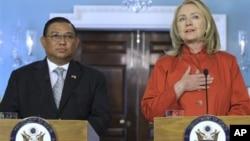 Menlu AS mengadakan konferensi pers bersama dengan Menlu Burma U Wunna Maung Lwin di kantor Deplu AS di Washington, Kamis (17/5). Keputusan penangguhan sanksi terhadap Burma menuai banyak reaksi.