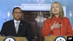 Menlu AS Hillary Clinton (kanan) mengadakan konferensi pers bersama Menlu Burma U Wunna Maung Lwin di kantor Deplu AS di Washington, Kamis (17/5).