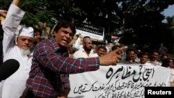 Pokiston jurnalistlari teleboshlovchi Hamid Mirga uyushtirilgan hujumni qoralab namoyish o'tkazmoqda, Karachi, 20-aprel, 2014-yil.