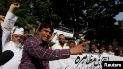 Pakistani journalists chant slogans during protest against attack on political talk show host Hamid Mir, outside the press club in Karachi, April 20, 2014.