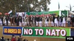 Para demonstran di Islamabad menentang rencana Pakistan membuka kembali jalur pasokan bagi pasukan NATO di Afghanistan (20/2).