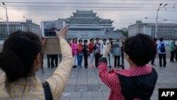 지난 6월 북한을 방문한 중국인 관광객들이 평양 김일성 광장에서 기념사진을 찍고 있다.
