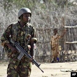 Wani sojan kasar Kenya na gadin wani dan karamin filin jirgin sama a wani yankin da ke daf da kan iyakar Somaliya da Kenya inda mayakan al-Shabab suke da karfi