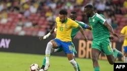 Le Brésilien Neymar et le Sénégalais Salif Sane lors du match de football international amical entre le Brésil et le Sénégal au stade national de Singapour le 10 octobre 2019.