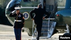 Američki predsednik Barak Obama ulazi u službeni helikopter pre jučerašnjeg puta u Viskonsin i Tenesi