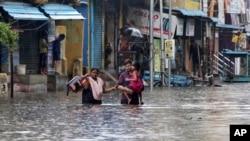 Jalanan yang terdampak banjir akibat Badai Nivar di Chennai, India, 25 November 2020.