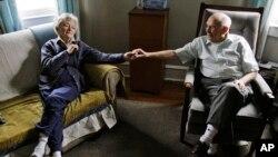 Una paciente de Alzheimer es cuidada por su esposo en Norristown, Pensilvania.