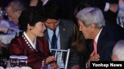 박근혜 대통령과 존 캐리 미 국무장관이 14일 워싱턴에서 열린 한미 우호의 밤 행사에서 환담 하고 있다.