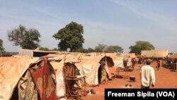 Une vue du site des déplacés de PK3 Bria, février 2017. (VOA/Freeman Sipila)