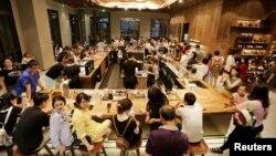 2018年6月30日,北京前门地区的星巴克臻选北京坊旗舰店迎来顾客。