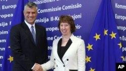 Visoka predstavnica EU za spoljnu politiku Ketrin Ešton i kosovski premijer Hašim Tači u sedištu Evropske komisije u Briselu.