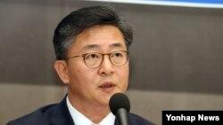 홍용표 한국 통일부 장관이 17일 서울 프레스센터에서 열린 관훈토론회에서 모두발언을 하고 있다.