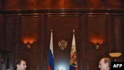 Президент РФ Дмитрий Медведев (слева) и премьер-министр РФ Владимир Путин. Москва. 10 марта 2010 года