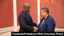 Président Félix Tshisekedi (L) na motindami ya motuya ya Etats-Unis na Grands lacs Peter Pham na bokutani na Palais de la Nation, Kinshasa, RDC, 12 février 2020. (Facebook/Présidence RDC)