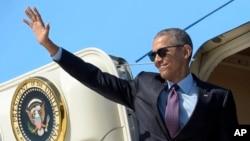바락 오바마 미국 대통령이 지난 25일 캘리포니아주 로스앤젤레스 국제공항에서 전용기에 탑승하면서 손을 흔들고 있다. (자료사진)