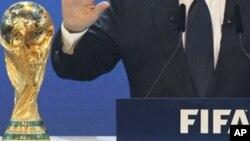 Le président de la FIFA annonçant le choix du comité exécutif de la fédération internationale