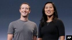 Mark Zuckerberg y su esposa Priscilla Chan durante el anuncio de su donación en San Francisco.