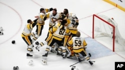 Pittsburgh Penguins players celebrate after defeating Nashville Predators 2-0 in Game 6 of the NHL hockey Stanley Cup Final, June 11, 2017.