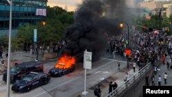 Zapaljen policijski automobil na protestu u Atlanti, 29. maj 2020.