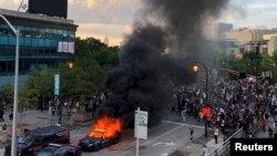 Një makinë policie duke u djegur në Atlanta