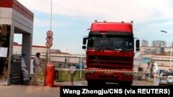 中国发现非洲猪瘟后,河南省郑州肉类加工企业双汇集团大门处可以看到身着防护服的工人。(2018年8月17日)