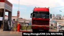 中國發現非洲豬瘟後,河南省鄭州肉類加工企業雙匯集團大門處可以看到身著防護服的工人。 (2018年8月17日)