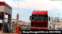 中國發現非洲豬瘟後,河南省鄭州肉類加工企業雙匯集團大門處可以看到身著防護服的工人。(2018年8月17日)