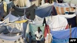 Những chiếc lều các nạn nhân động đất dựng lên trong thủ đô Port-au-Prince để tạm trú sau trận động đất