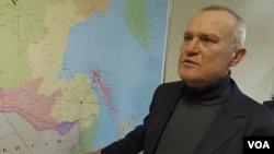 一所俄羅斯能源高等院校的教師在介紹遠東石油管道終點科吉米諾港口。(美國之音白樺拍攝)